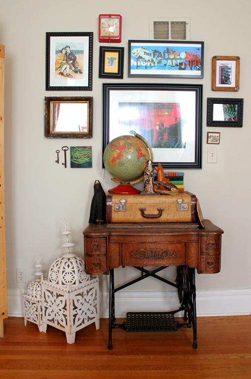 tavolo antico per macchina da cucire con pezzi vintage