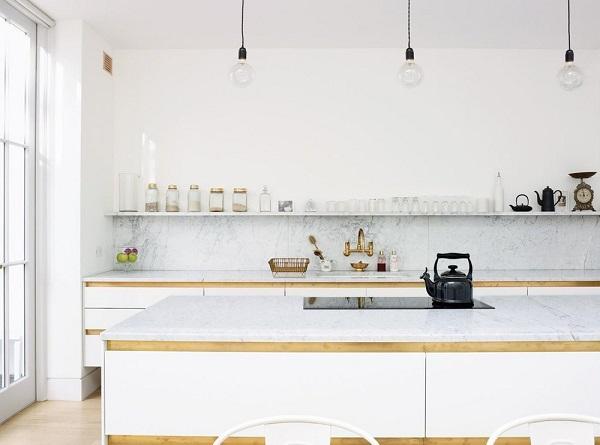 cucina con scaffali o mensole