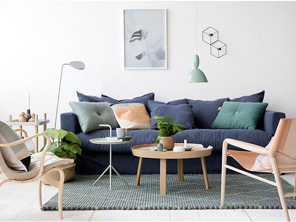 Un divano, tre colori, tre styling - divano blu, accenti verdi