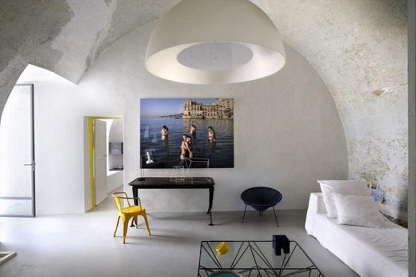 i miei preferiti della settimana - Capri Suites - living con divano Ghost di Gervasoni, antico scrittoio, sedia Tolix gialla