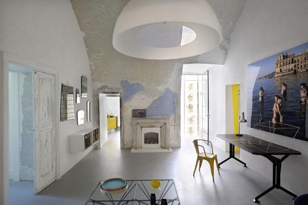 i miei preferiti della settimana #58: speciale estate - Capri Suites - living con antico scrittoio, sedia Tolix gialla e scultura di Antonio Sciortino
