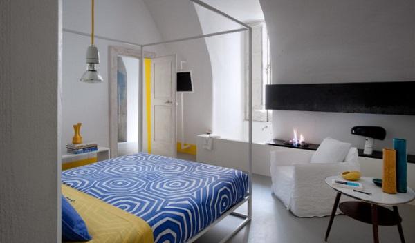 i miei preferiti della settimana #58: speciale estate - Capri Suites - camera da letto con letto a baldacchino, poltrona Ghost, lampada Snoopy di Flos