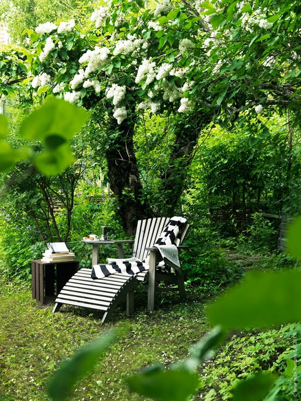 weekend all'insegna del relax - sedia a sdraio in giardino
