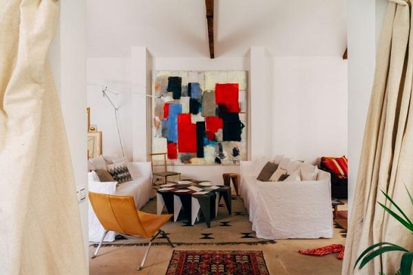 La casa del designer Alvaro Catalán de Ocón - living con divani ghost in lino bianco e poltroncina PK22 di Poul Kjaerholm