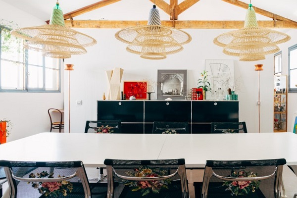 La casa del designer Alvaro Catalán de Ocón - zona pranzo con le Aluminium Chair degli Eames e le PET Lamp