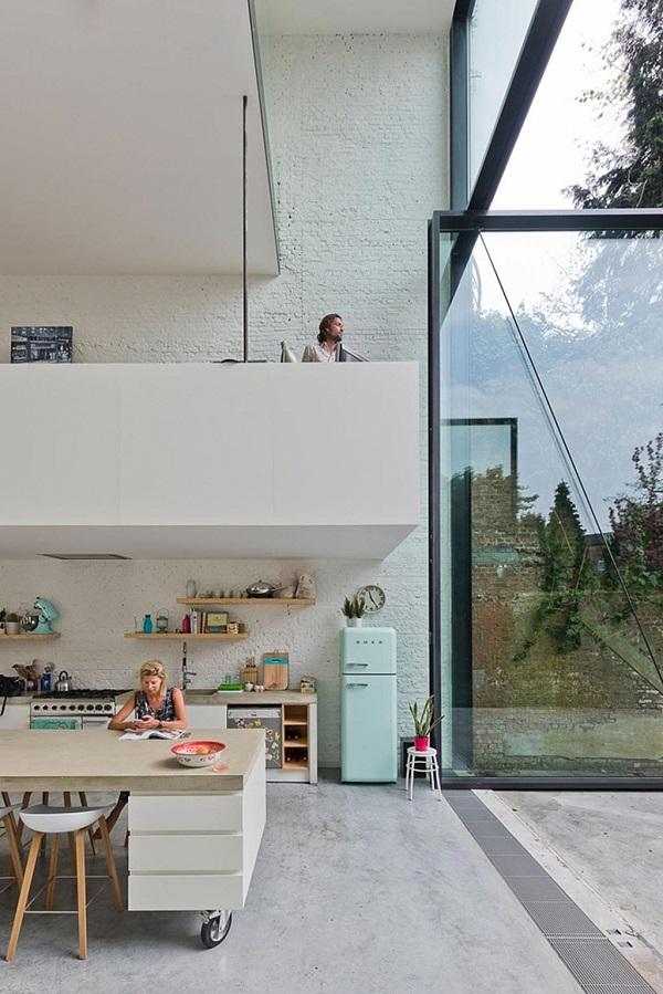 cucina con vista - vetrata, frigorifero Smeg, sgabelli About A Stool del brand danese Hay