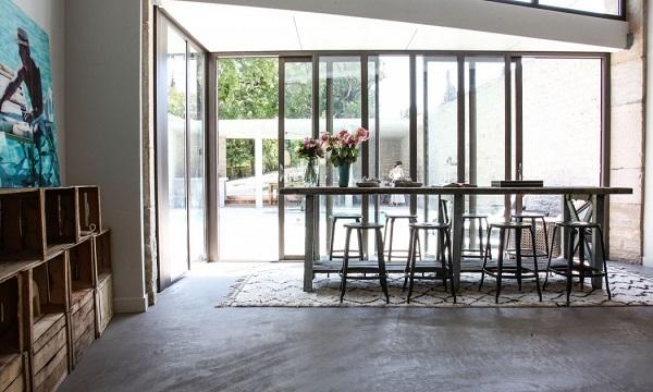 casa eclettica in Borgogna - zona pranzo con tappeto berbero