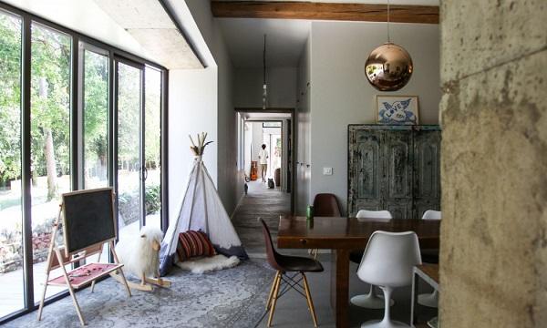 casa eclettica in Borgogna - living con sedia dsw degli Eames, sedia Tulip di Eero Saarinen, sospensione Copper Shade di Tom Dixon