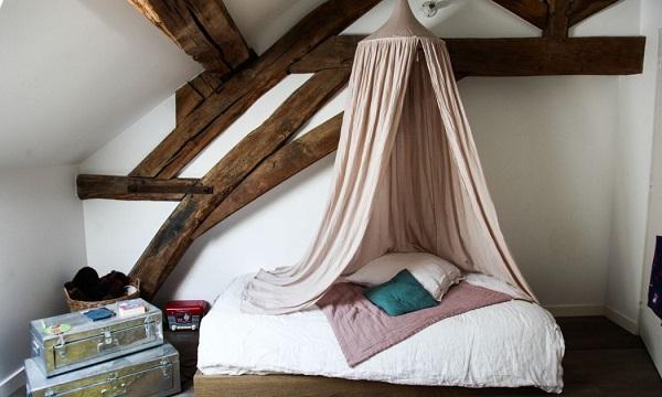 casa eclettica in Borgogna - cameretta romantica con travi a vista