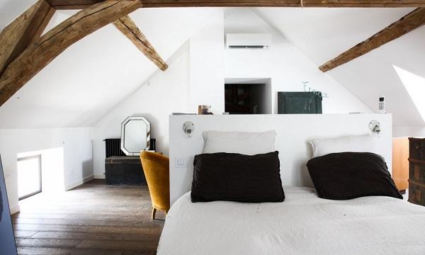 casa eclettica in Borgogna - camera da letto con travi a vista
