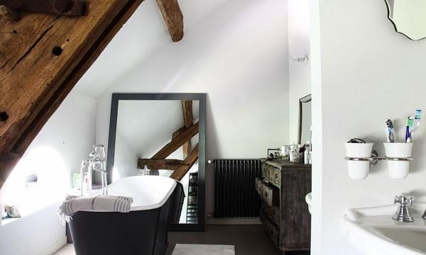 casa eclettica in Borgogna - bagno con vasca