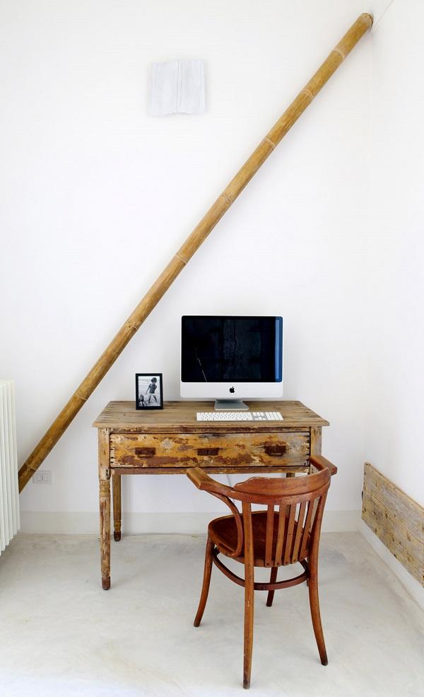 saluti dalla puglia - angolo studio con vecchia scrivania in legno