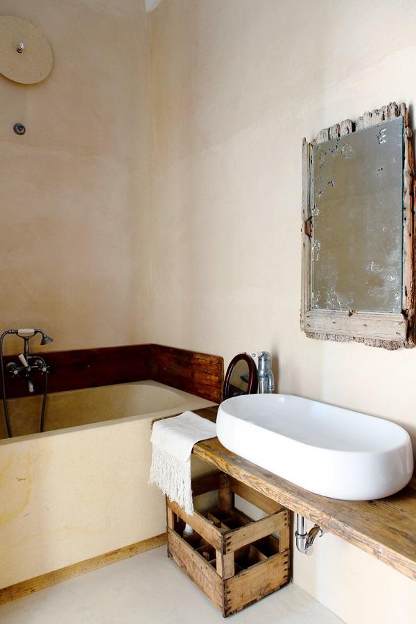 saluti dalla puglia - bagno con lavabo su piano in legno e cassetta della frutta