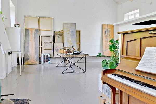Una vecchia scuola - vecchio pianoforte e quadri