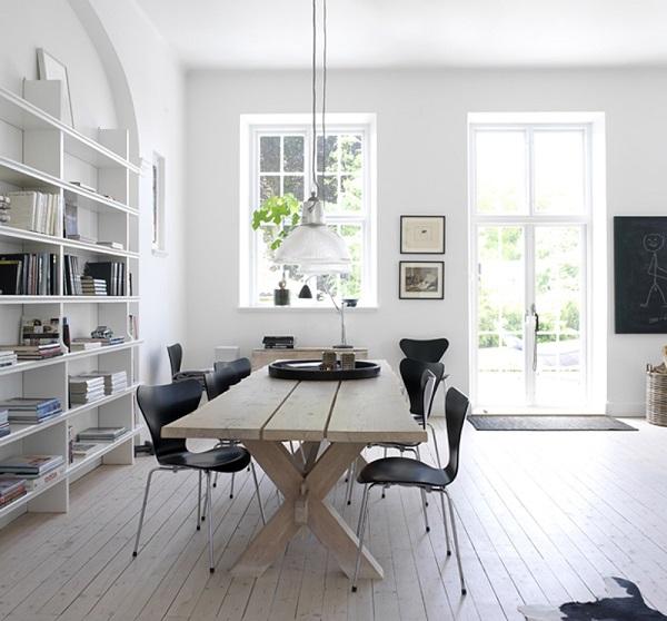 case scandinave - zona pranzo con tavolo in legno e sedie serie 7 di Arne Jacobsen
