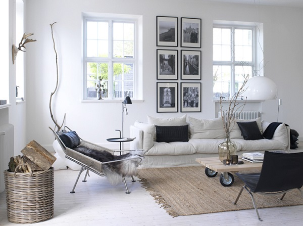 case scandinave - living con divano bianco, Flagline Chair di Hans Wegner, poltroncina PK22 di Poul Kjaerholm, tavolino in legno su ruote