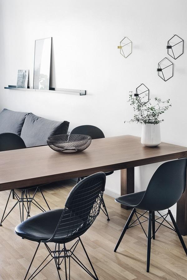 case scandinave - zona pranzo con sedie degli Eames e candelabri POV di Menu
