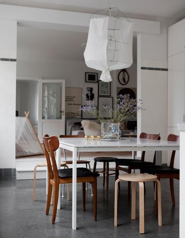 case scandinave - zona pranzo con tavolo bianco, sedie in legno, lampada in tessuto bianco