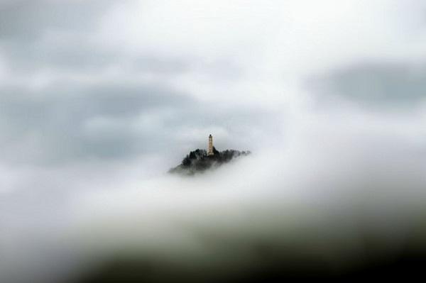 Il faro tra le nuvole di Marcelo Javier Lallopizzi - pixtury