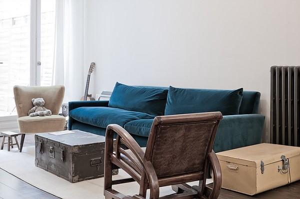 Un loft di famiglia a parigi interior break for Divano velluto blu