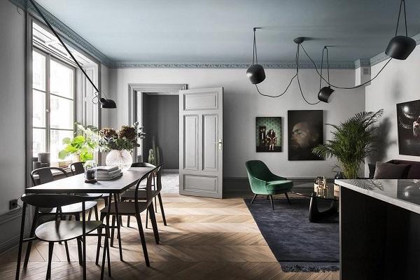 ... in una stanza Un appartamento con un favoloso soffitto grigio/blu